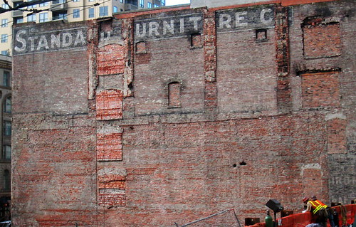 Standa Urnit Re C Side Of An Old Brick Building In Downtow Flickr