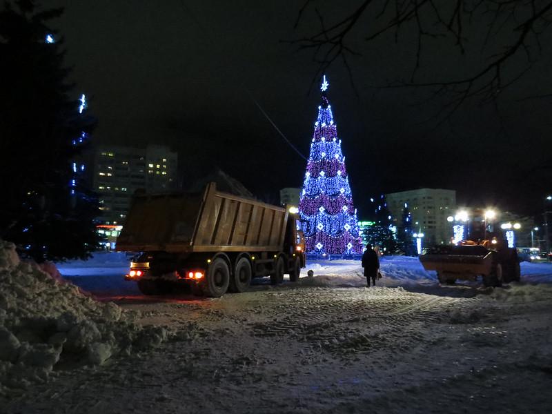 Завоз снега на Площадь Победы