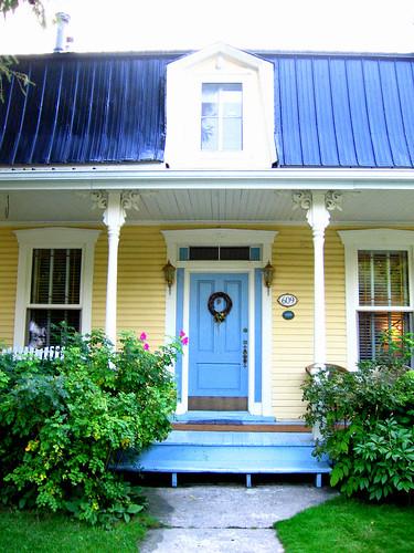 Maison jaune avec porte bleue flickr photo sharing - Maison bleue mobel ...