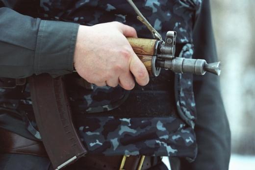 На дорогах Рівненщини - поліція з автоматами. Шукають озброєних розбійників