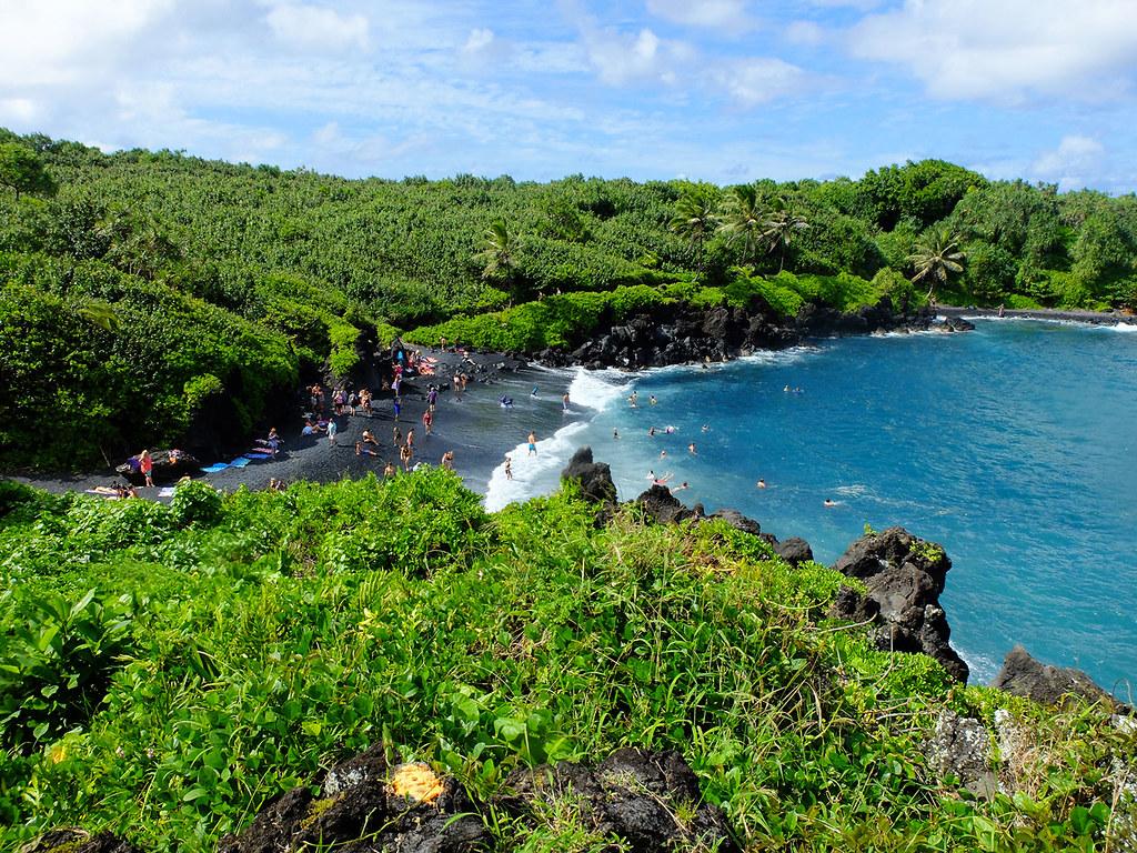 La plage noire de Wai'anapanapa