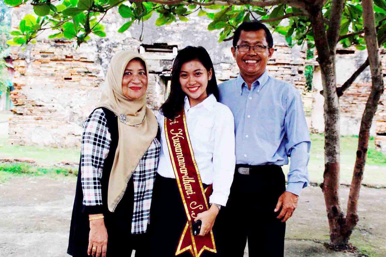Ari Kusumawardhani yang didampingi kedua orang tuanya dalam tugas akhir karya lingkungan Rentak Gurindam di Pulau Penyengat