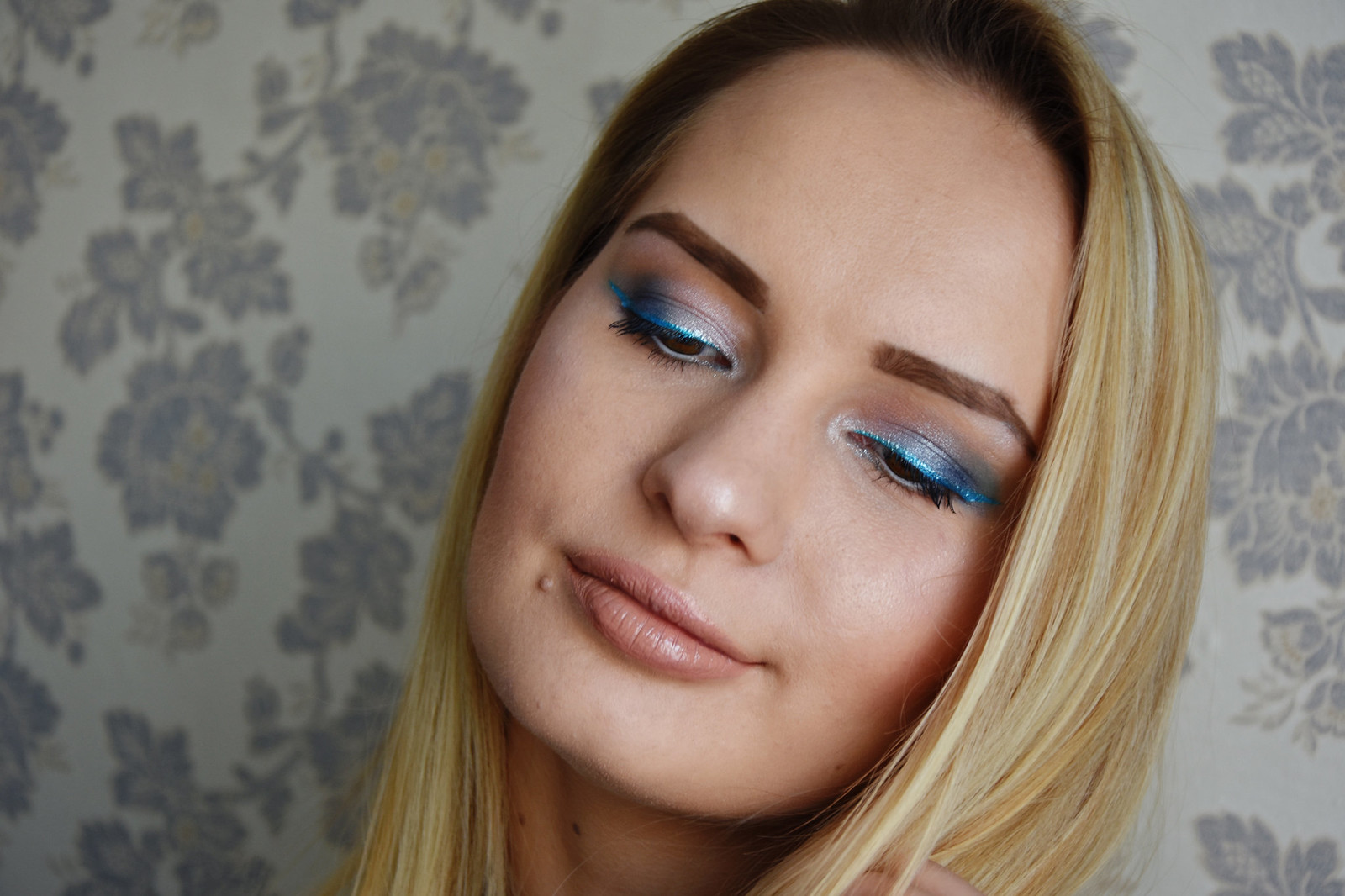 Blue glitter eye liner makeup look