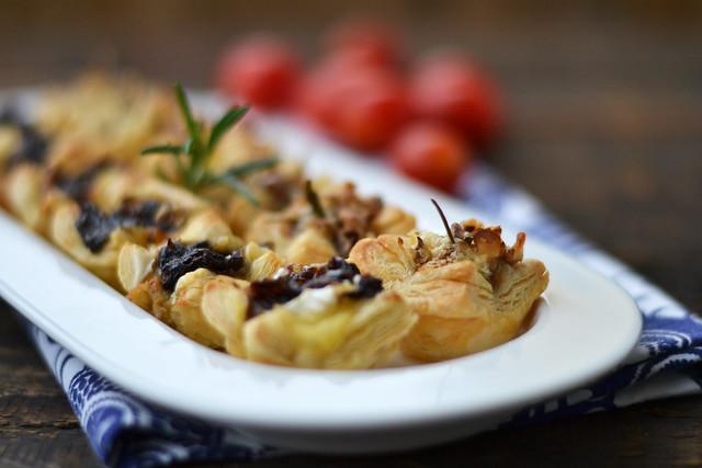Aperitive cu foietaj si branza camembert