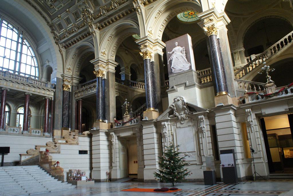 Intérieur monumental du musée ethnographique de Budapest.