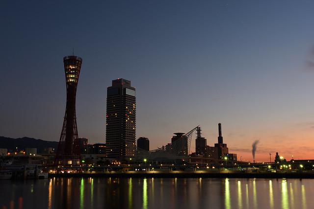 夜明け前のポートタワーの写真
