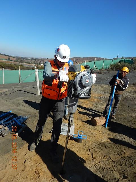 Toma de muestra geoquímica en depósito de relaves (2)