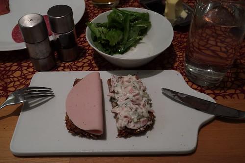 Fleischwurst (von Bio Janssen) und Fleischsalat auf Dinkel-Vollkornbrot mit Blattsalat