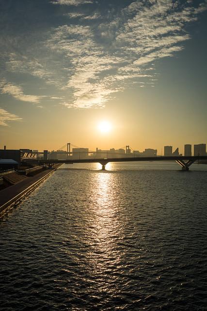 晴海大橋から見る夕日の写真