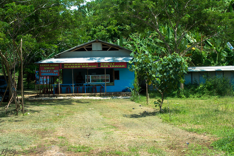pantai-watu-leter-warung