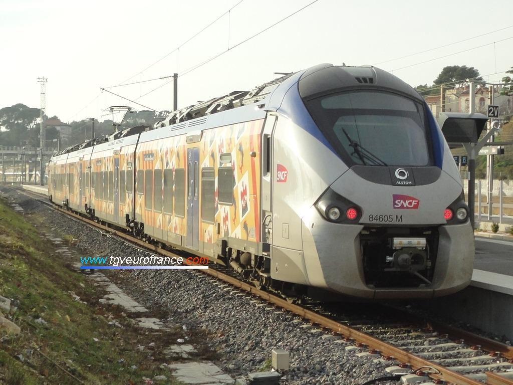 L'automotrice B 84605- B 84606 (SNCF Proximités) en gare d'Aubagne-en-Provence