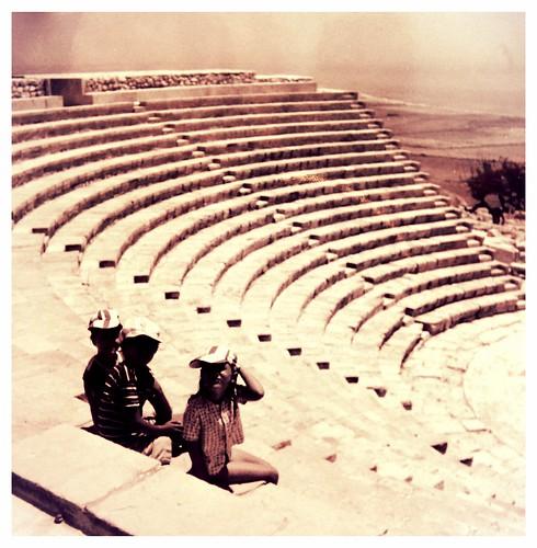 Lapset amfiteatterissa Kyproksella