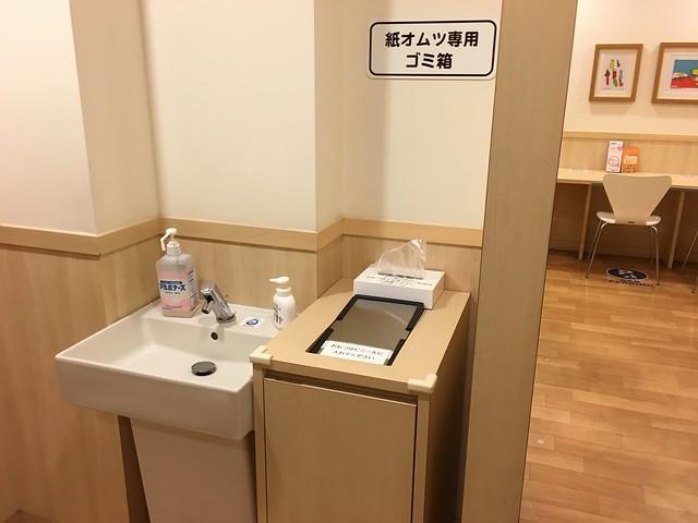 尿布台旁邊設有洗手台