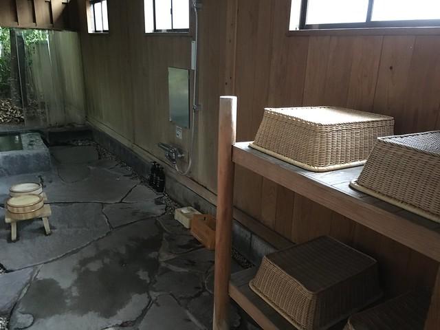有竹籃可以放東西,還有小凳子、洗澡用的舀水盆