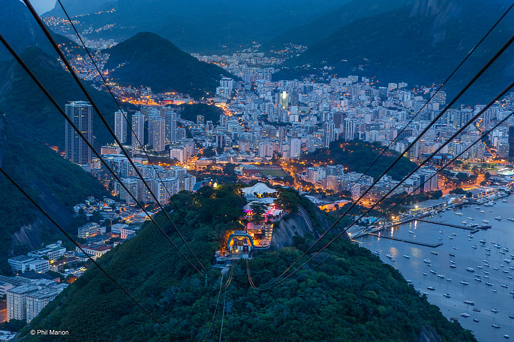 Cablecar ride to Sugarloaf Mountain (Pao de Acucar) after dusk