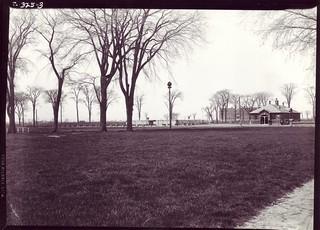 avril 1943 le parc jarry, à droite le tunnel piétonnière de la rue gounod,Montréal