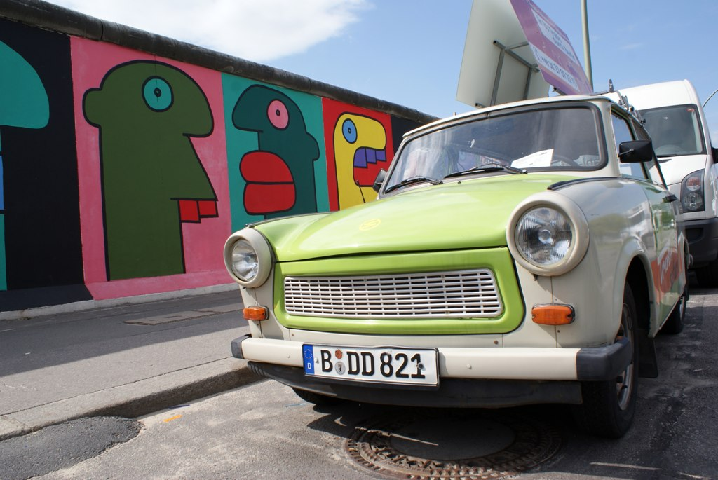 Trabant et bout du mur de l'East side galley à Berlin.