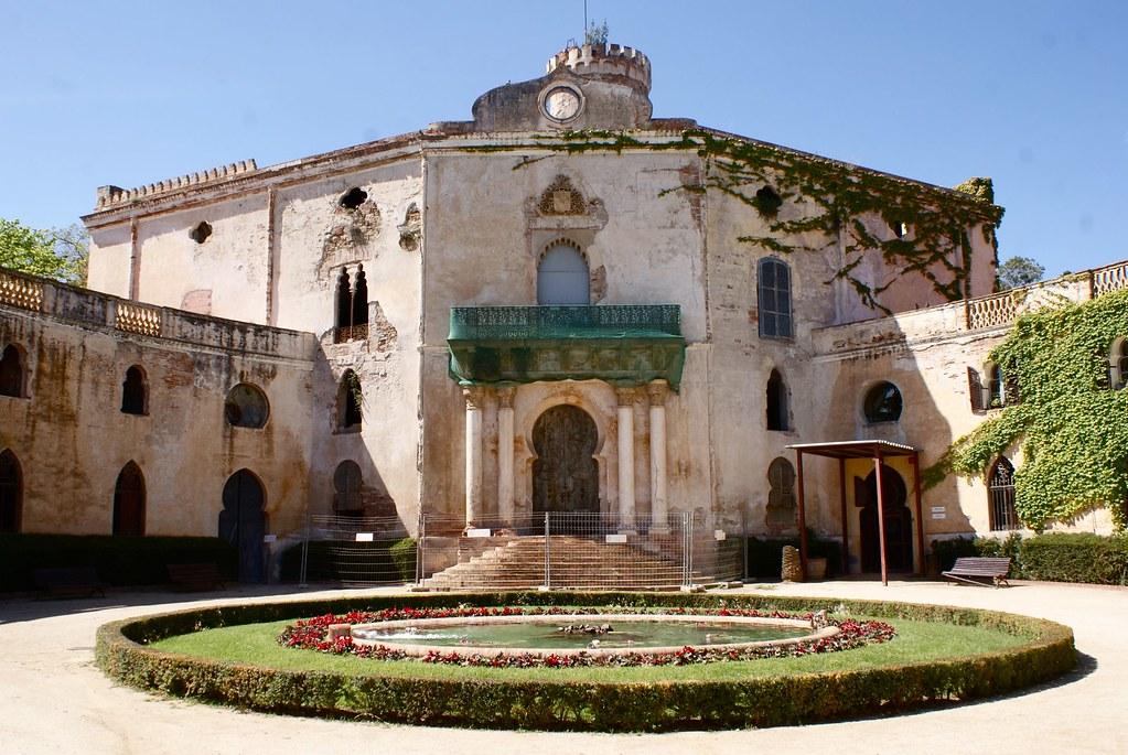 > Palais Desvalls en cours de rénovation (?). inaccessible au public.