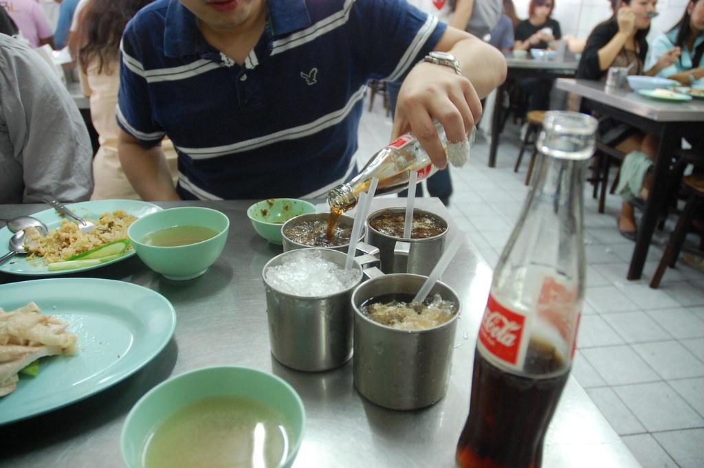 ST在幫大夥倒飲料,在泰國冰塊是要錢的。