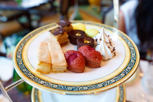 "Earl grey meringue, ""le russe"" pralin, golden chocolate ta ..."