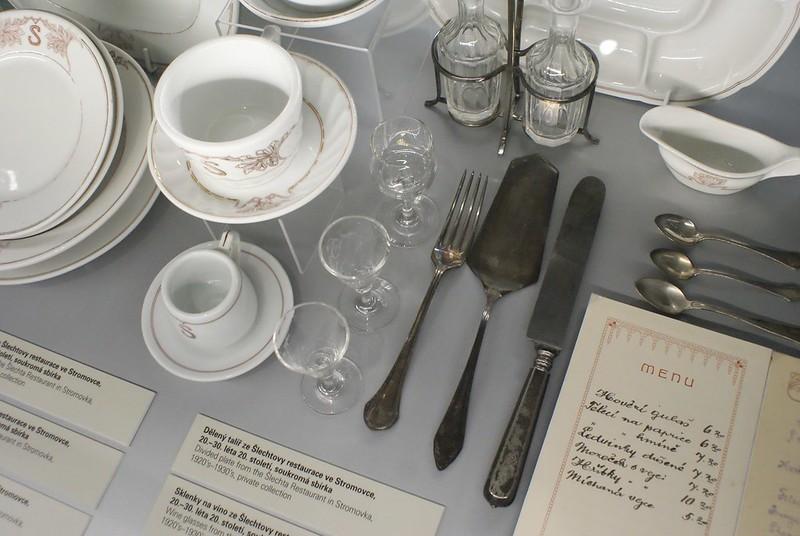 Art de la table dans le musée d'histoire de la ville.