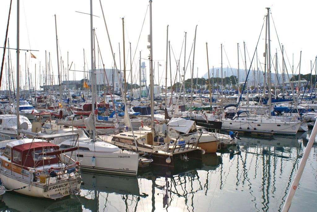 Voiliers de la marina du quartier de Barceloneta à Barcelone.