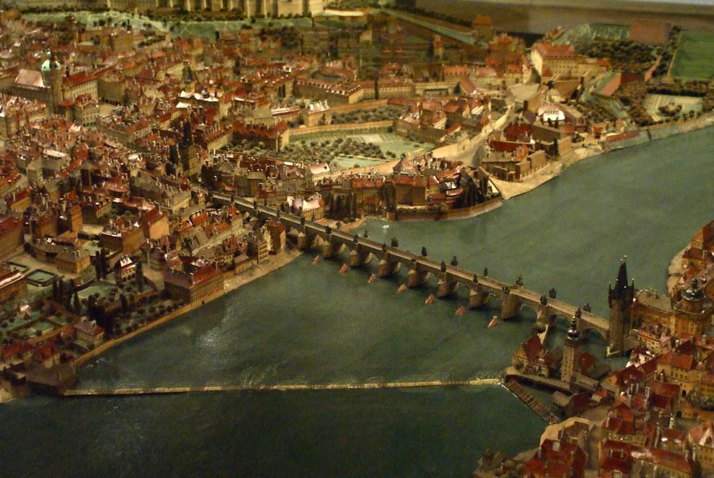 Quartier de Mala Strana relié à la Vieille ville par le pont Charles, avec au milieu de la photo un grand parc verger et plus au sud le jardin Wallenstein.