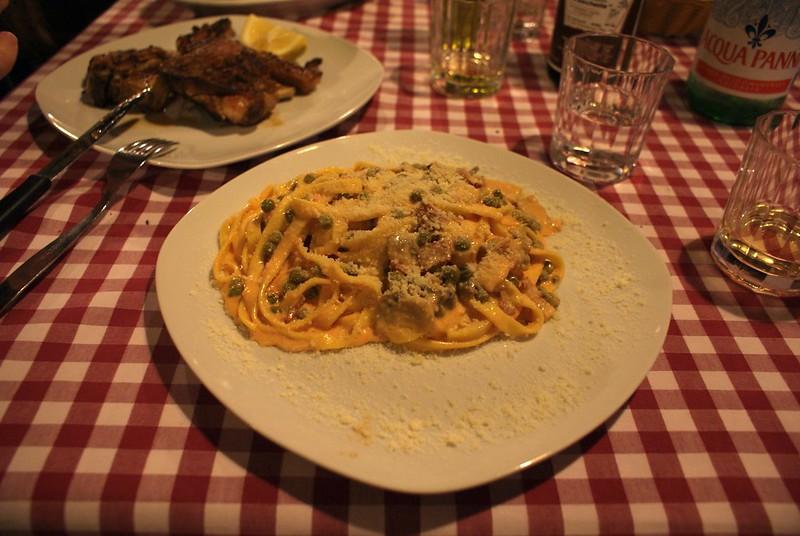 Trattoria à Rome : Une nappe à carreaux et un plat de pâtes à faire monter les larmes dans les yeux.