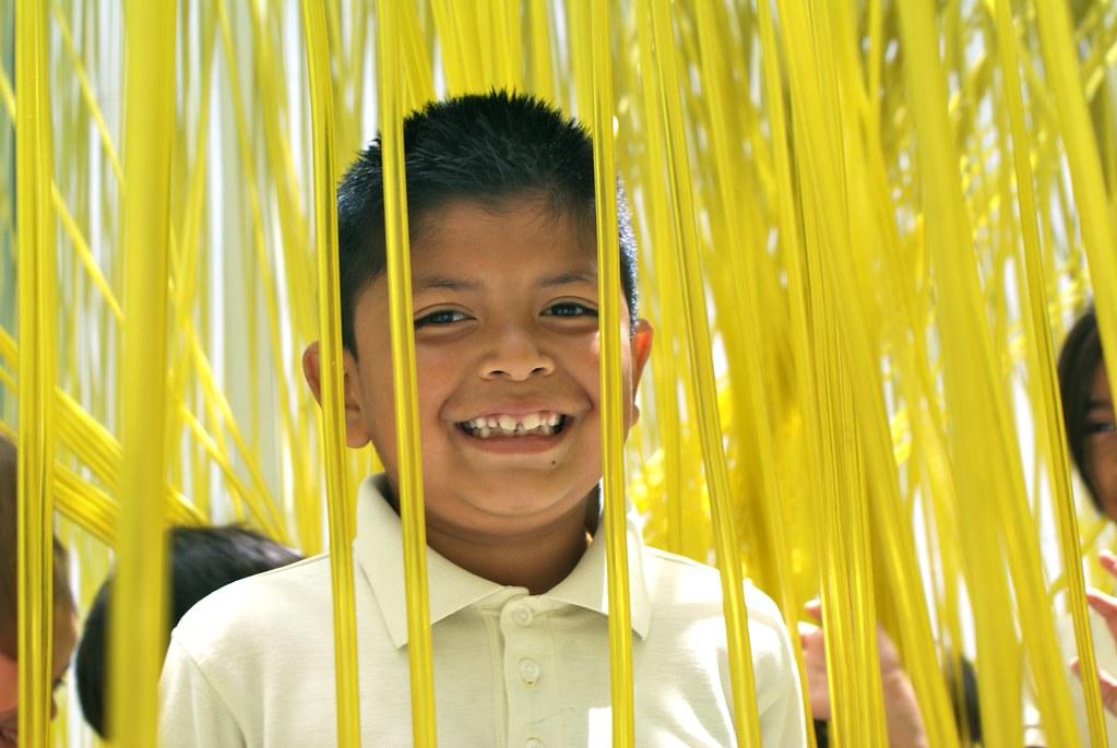 Au musée LACMA de Los Angeles, un enfant jouant dans une installation artistique.