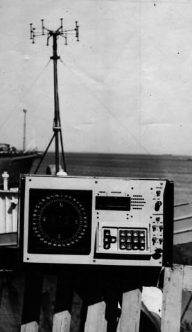 Блок Пихты-2С на фоне антенны, установленной на палубе судна. Съемка на причале в порту