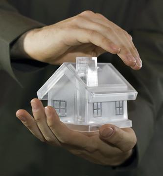 maison cristal dans main