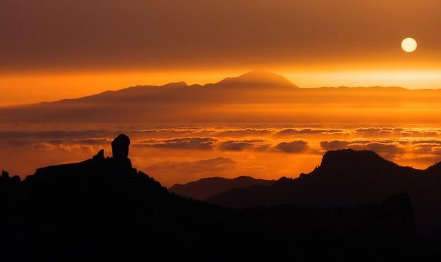 Atardecer con calima, con el Roque Nublo y el Teide