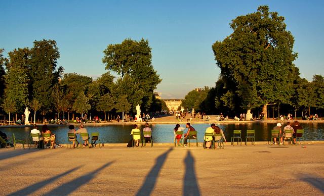 Se détendre dans les fauteuils verts autour d'un bassin @ Tuileries Garden @ au coucher du soleil