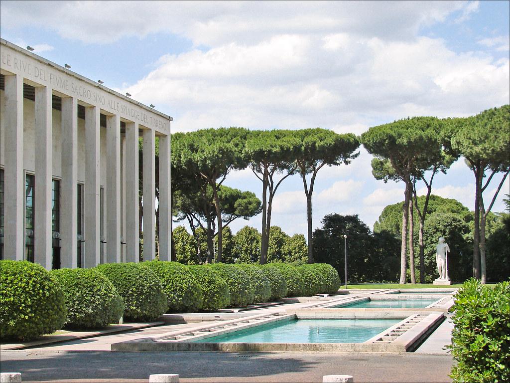 Palazzo degli Uffici dans le quartier EUR à Rome. Photo de Jean-Pierre Dalbéra.