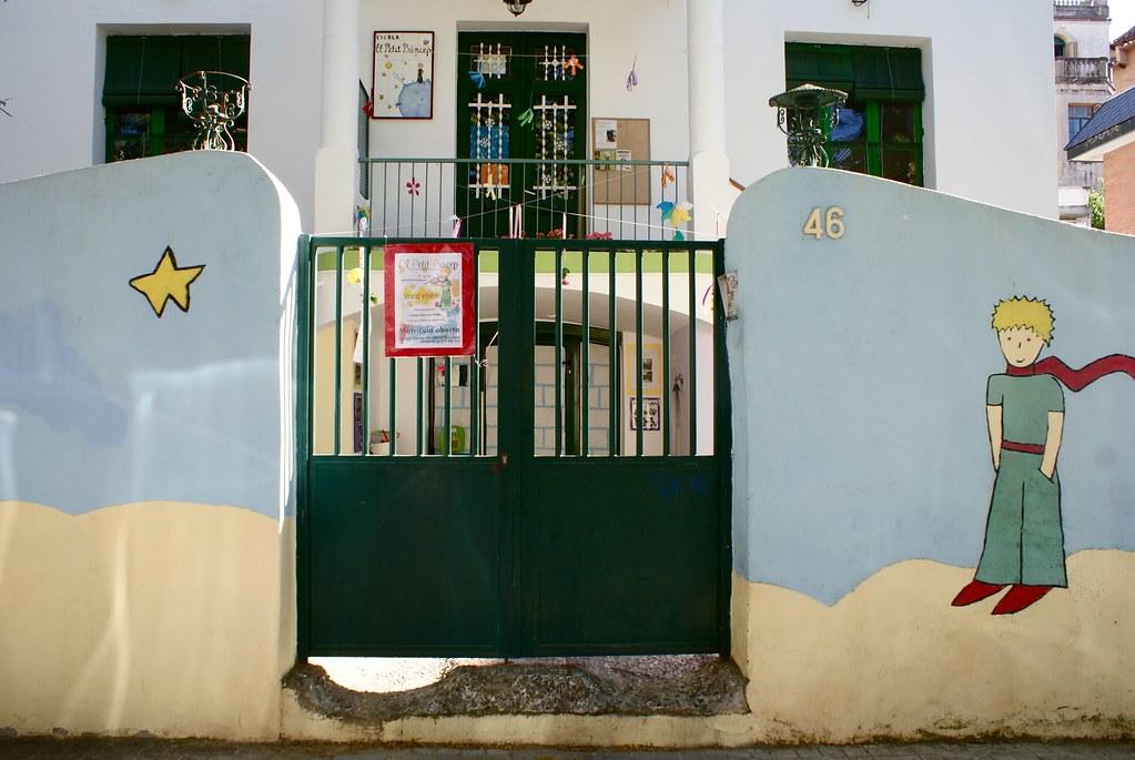 Ecole aux couleurs de Saint Exupéry dans le quartier d'Horta.