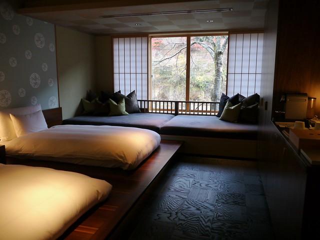 星のや京都 部屋から向こう岸の紅葉が見える