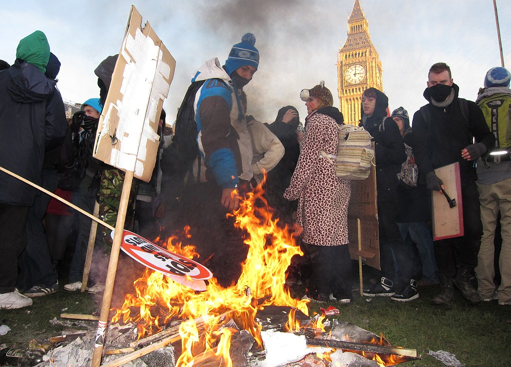 Manifestation d'étudiantEs devant le Parlement de Westminster en 2010 - Photo de Bobalicious London @ Flickr