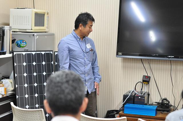 蓄電池やグリッド対インバータの説明を、NPO法人 非電化地域に蓄電池を贈る会 代表鈴木さんより。