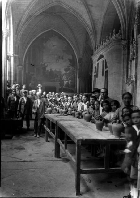 Bebiendo de los botijos de la Virgen del Sagrario en el claustro de la catedral. Foto de Rodríguez. AHP, JCCM signatura PA-CAJA3-07