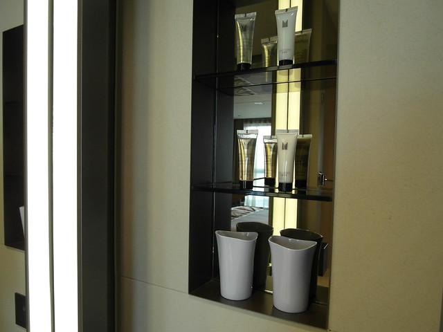 洗手台旁邊有漱口杯與沐浴用品@台中日月千禧酒店