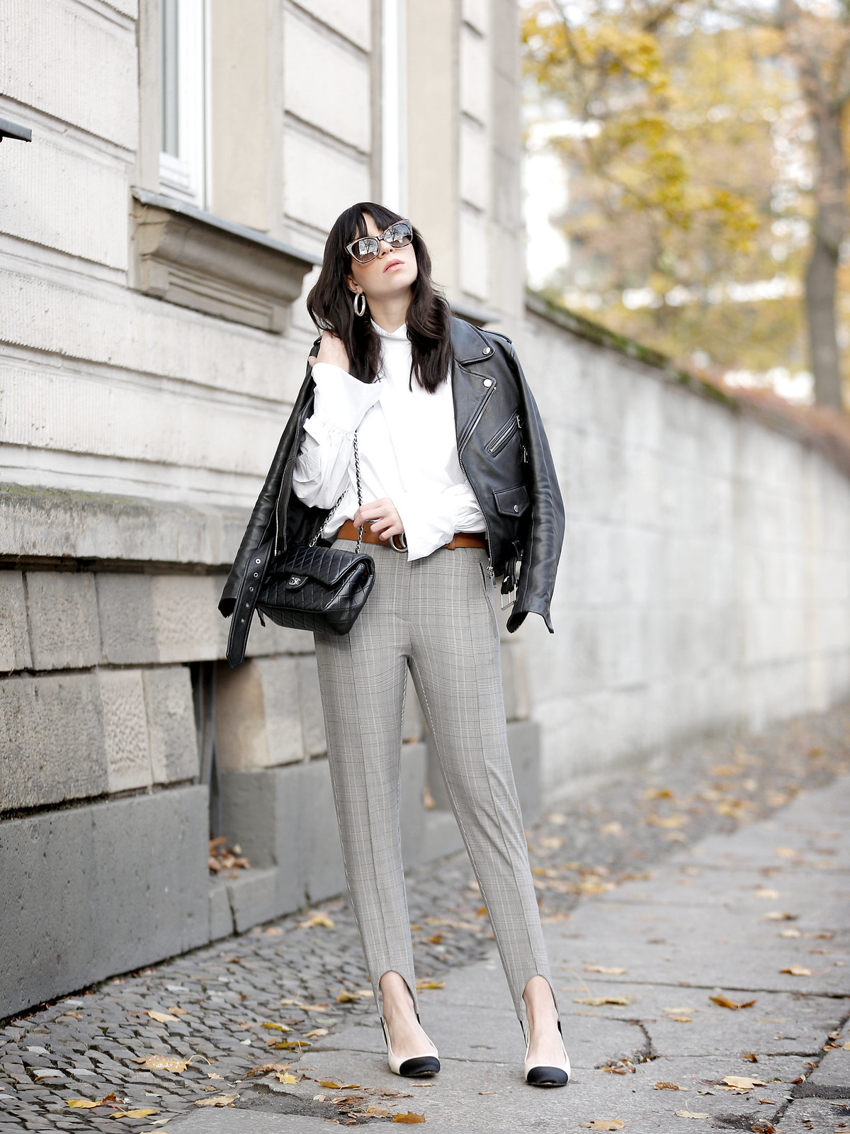 outfit stirrup pants biker jacket h&m zara lookbook white shirt riding lord english british fashionblogger bangs brunette sexy styleblogger pretty parisienne gucci belt gg chanel 2.55 classic double flap ricarda schernus cats & dogs modeblog berlin 7
