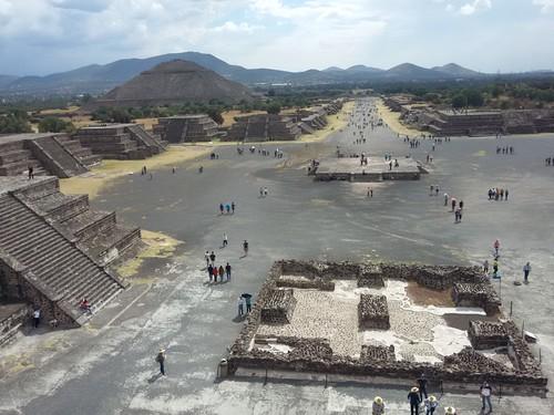 Calzada de los Muertos, com a Pirâmide do Sol ao fundo. Foto tirada da Pirâmide da Lua.