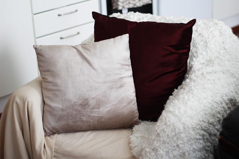 syksy sisustus viininpunainen tyyny blogi 6