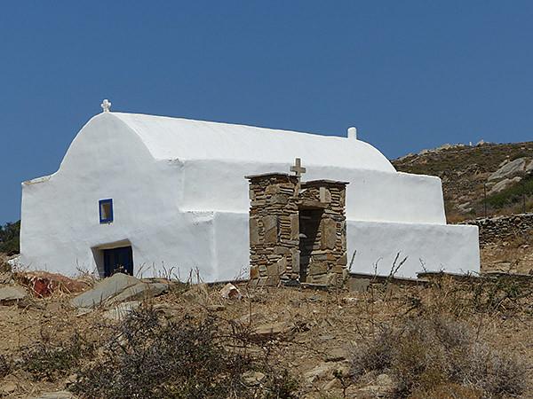 église blanche et pierres sèches