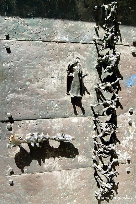 Дверь церкви Мадонны