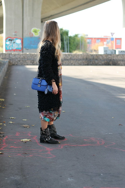 colorful-dress-and-studded-boots-whole-look-side-wiebkembg