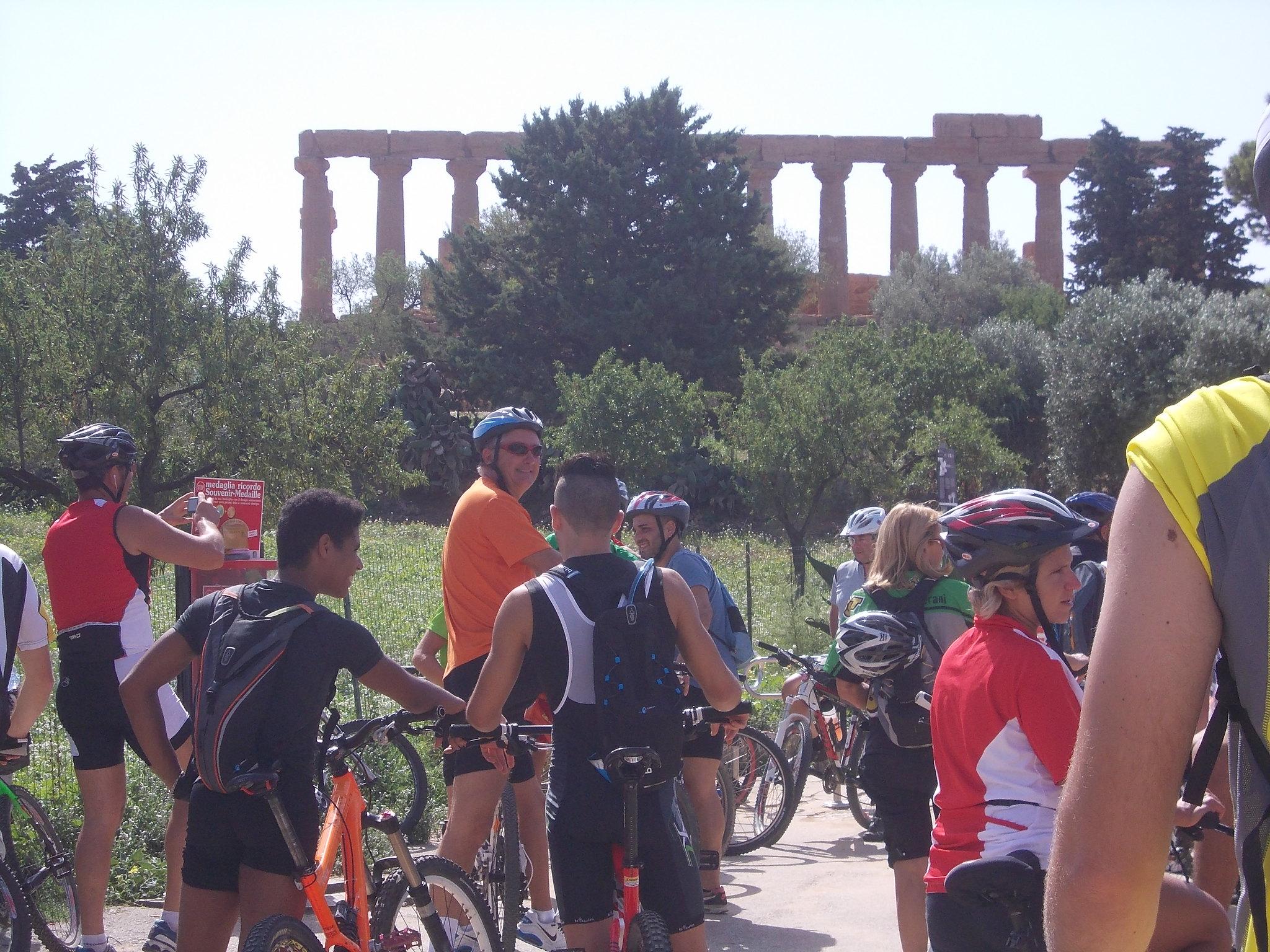 La passeggiata cicloturistica davanti al tempio di Giunone di Agrigento