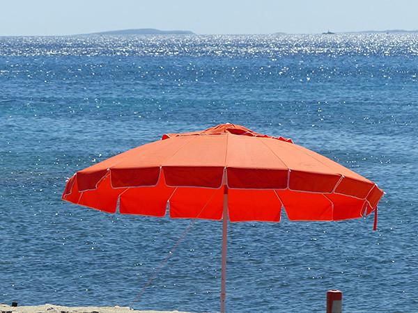 plage et parasol rouge