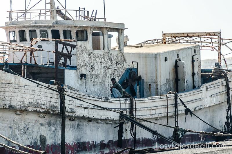 viejo barco en el puerto de Masirah