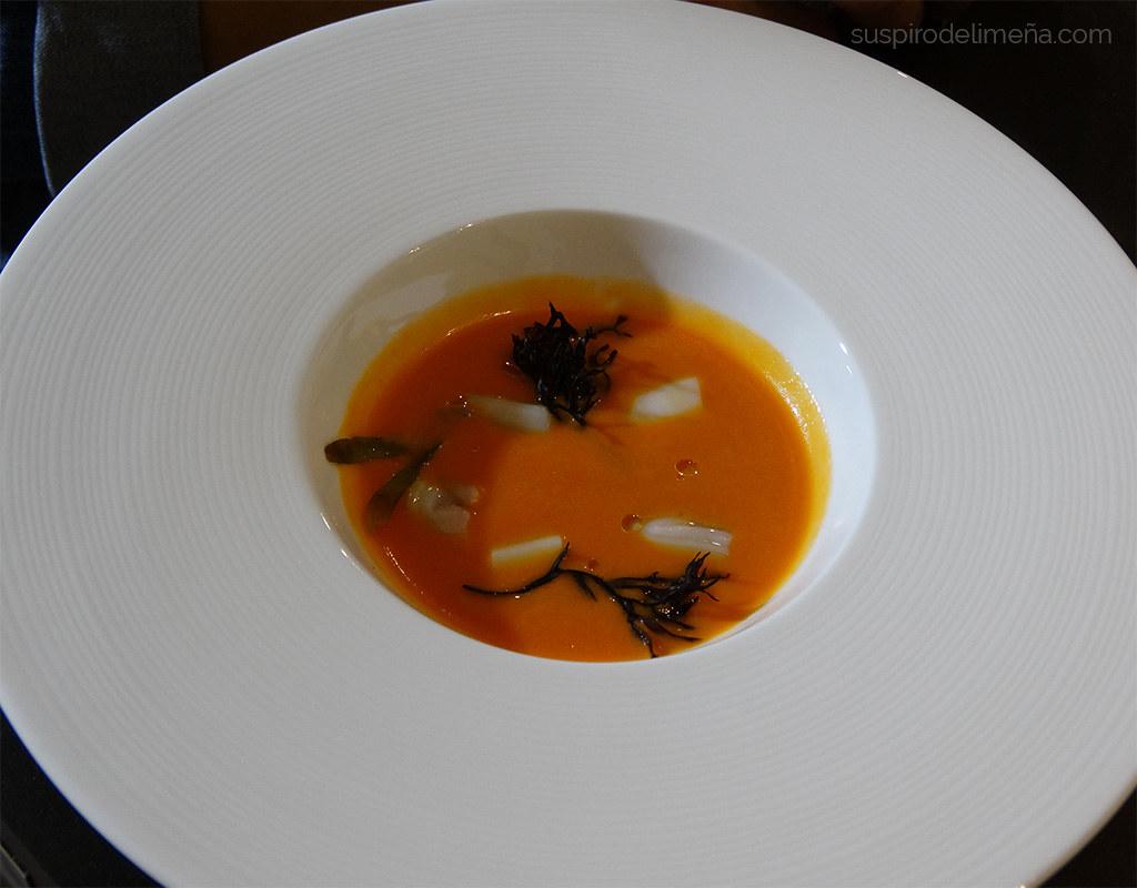 Crema de tomate con navajas y algas